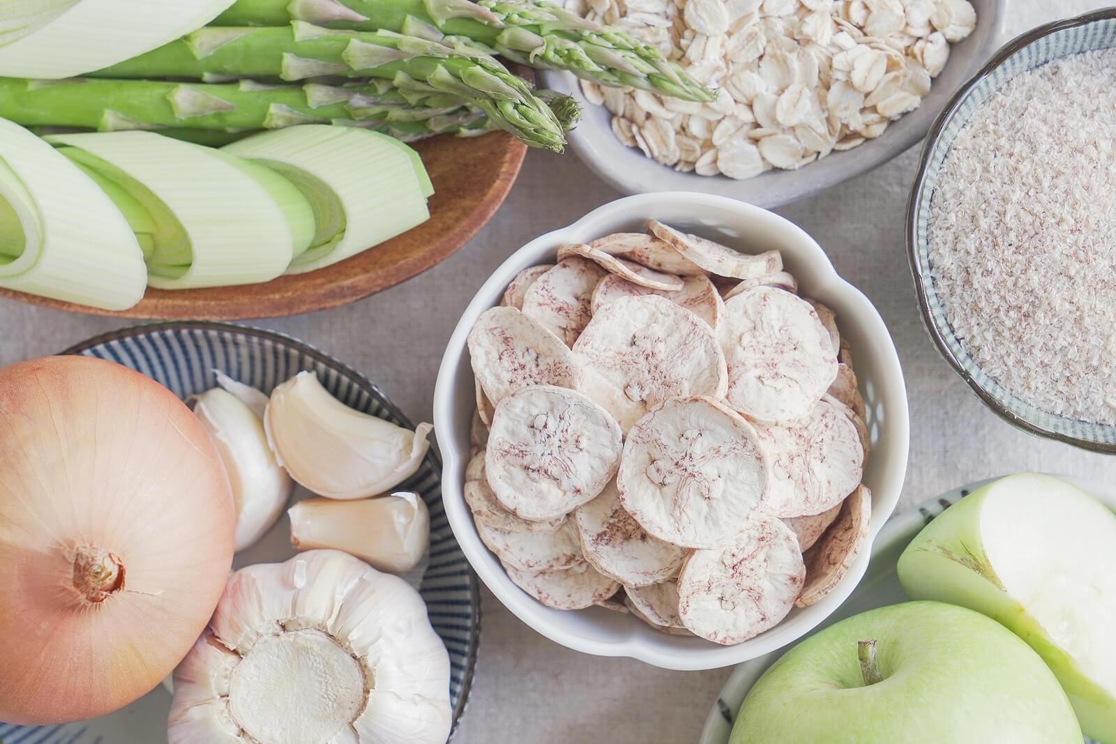 Alimentos prebióticos en una mesa.