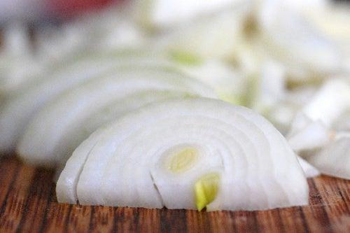 Cebolla cortada en trozos.