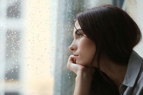 Chica pensando en un amor imposible