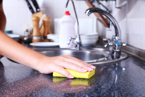 Es bueno desinfectar cada cierto tiempo las esponjas, cocina impecable