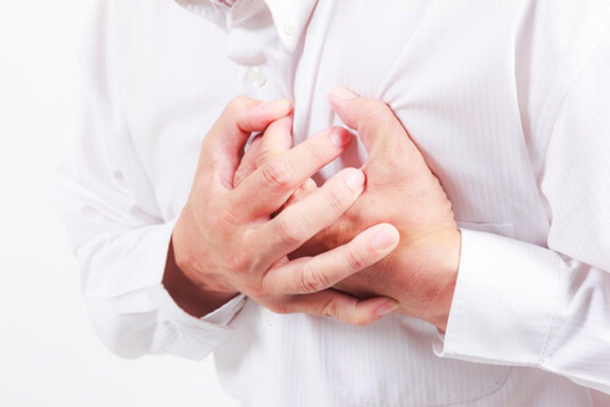 ¿Puede causar dolor en el pecho?