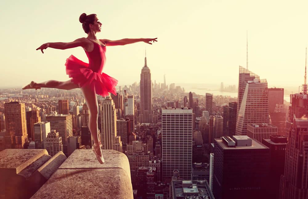 Mujer bailando en una azotea