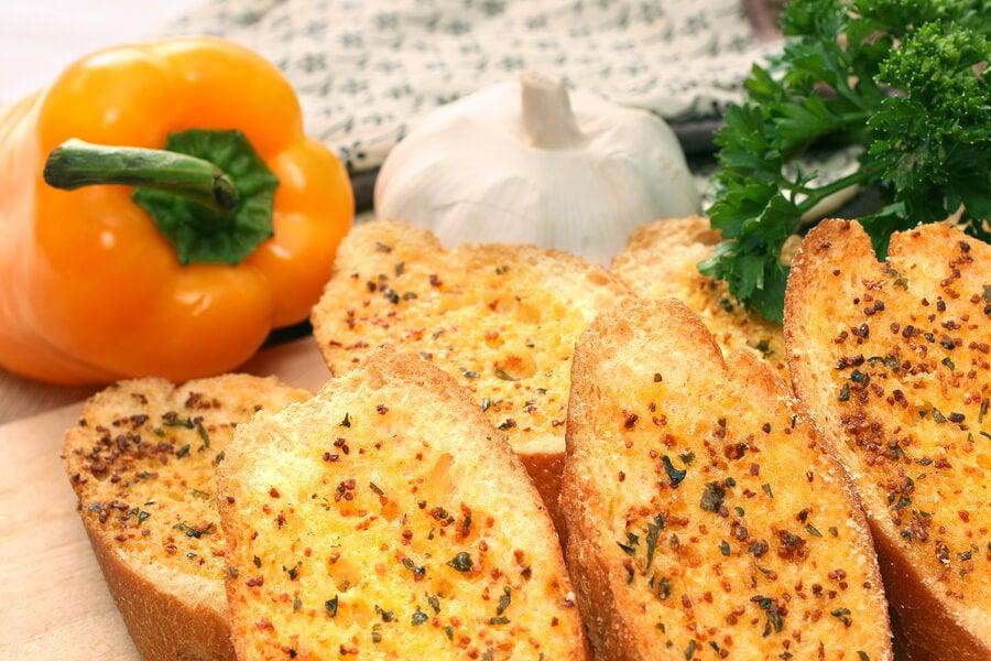 Pan de ajo casero con pimiento.