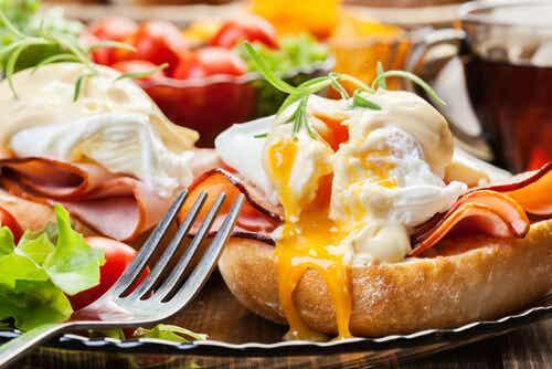 Copa de pan tostado con huevo