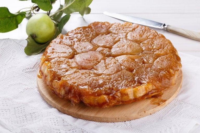Pastel volteado de manzana sin horno