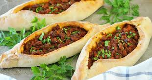 Pide turco con verduras y carne