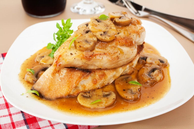 Pollo con champiñones y salsa, una receta muy sabrosa