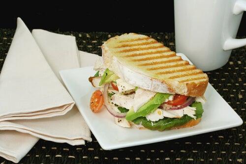 Sándwich tostado de aguacate, mozzarella y tomate