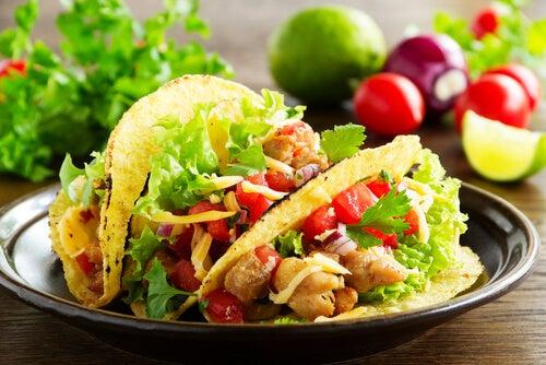 Tacos de pollo con salsa