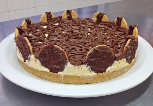 Tarta bombón con chocolate y galletas María.
