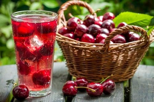 Bebidas naturales que te ayudarán a combatir los problemas de sueño: jugo de cereza