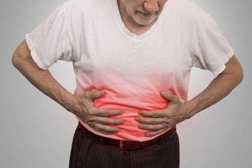 Hombre con dolor en el abdomen