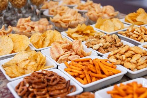 Las frituras, como los snacks de la imagen, son alimentos que dañan la piel incrementando su oleosidad y reduciendo la elasticidad