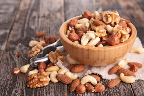Nueces y almendras en un recipiente
