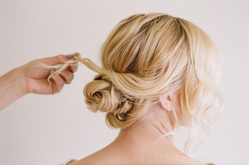 Chica con peinado clásico.