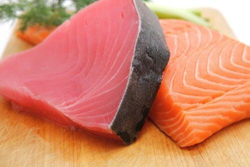 Trozos de pescado azul para las agresiones solares.