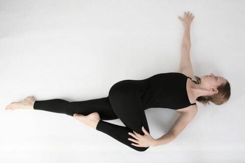 Mujer realizando la postura de la serpiente