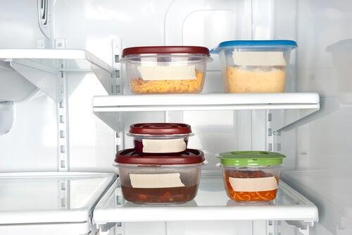 Cosas que debes eliminar de tu casa para ser más saludable: contenedores plásticos para alimentos