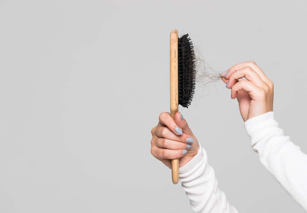 Cepillo de cabello evidenciando caída de cabello.