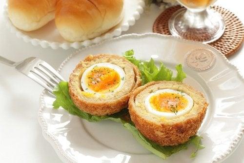 Copa de pan tostado con huevo para desayunar.