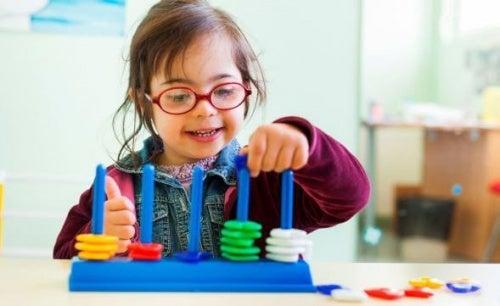 Niña con síndrome de Down aprendiendo y jugando