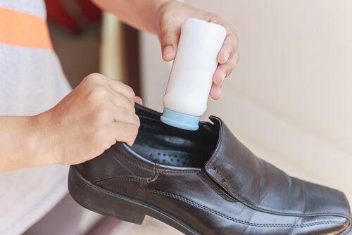 Mujer echándole talco a los zapatos