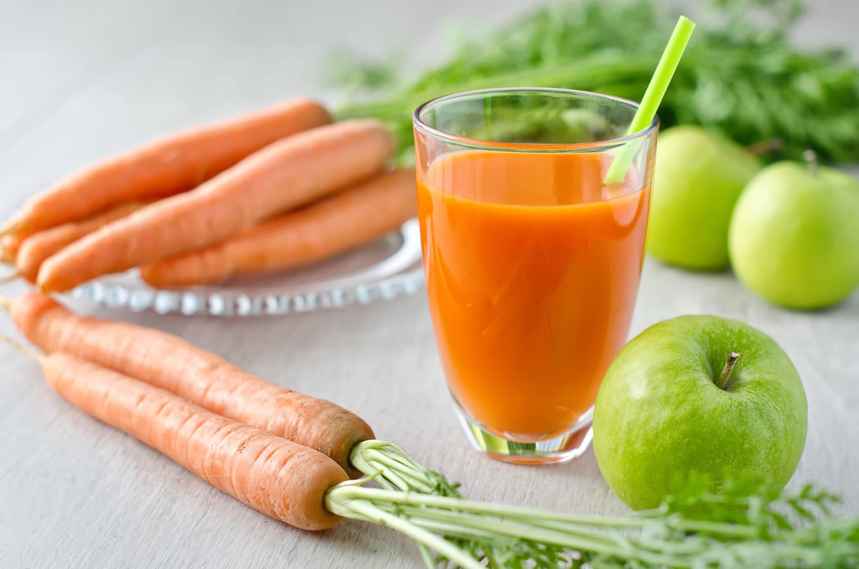 Jugo natural de zanahoria, apio y manzana.