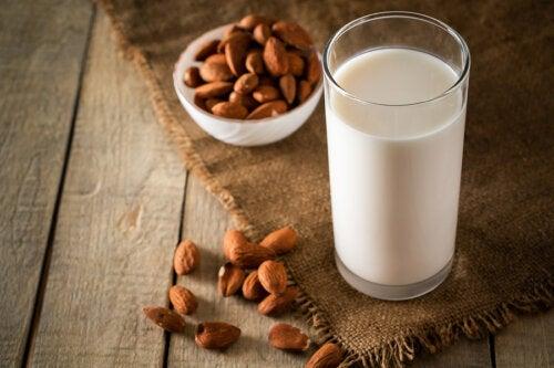 Lo que puedes lograr al tomar leche de almendras con miel todos los días