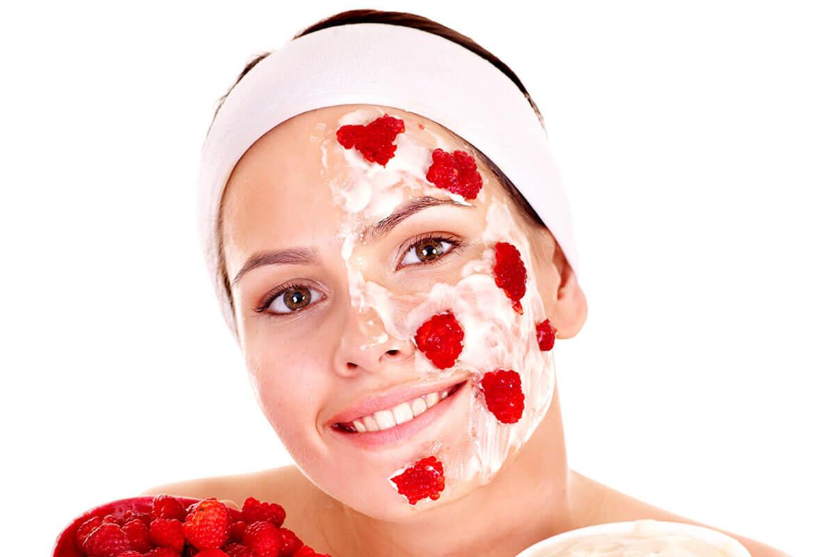 Mascarilla facial con fresas.