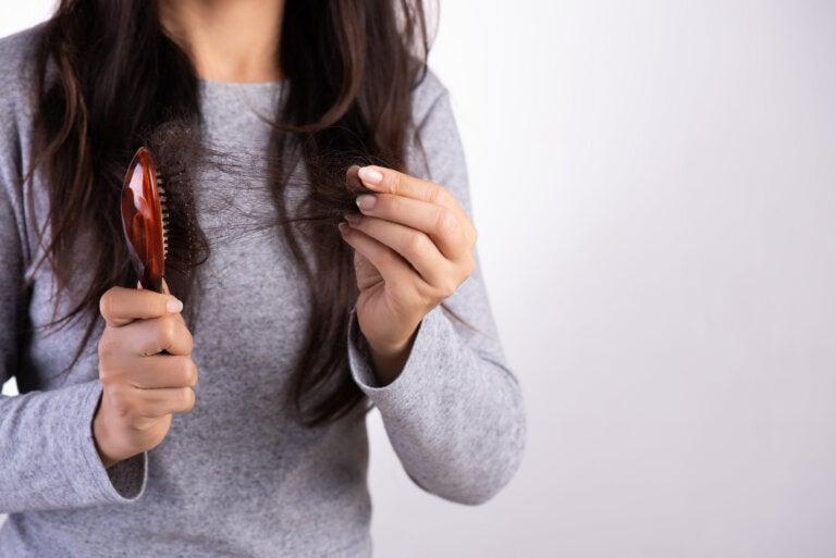 Cómo preparar aceite de ajo para frenar la caída del cabello