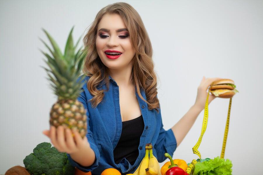 Mujer considerando hacer la dieta de la piña