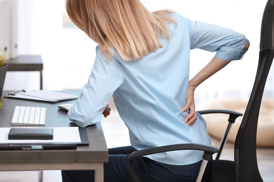 Mujer sentada con síndrome del trasero muerto.