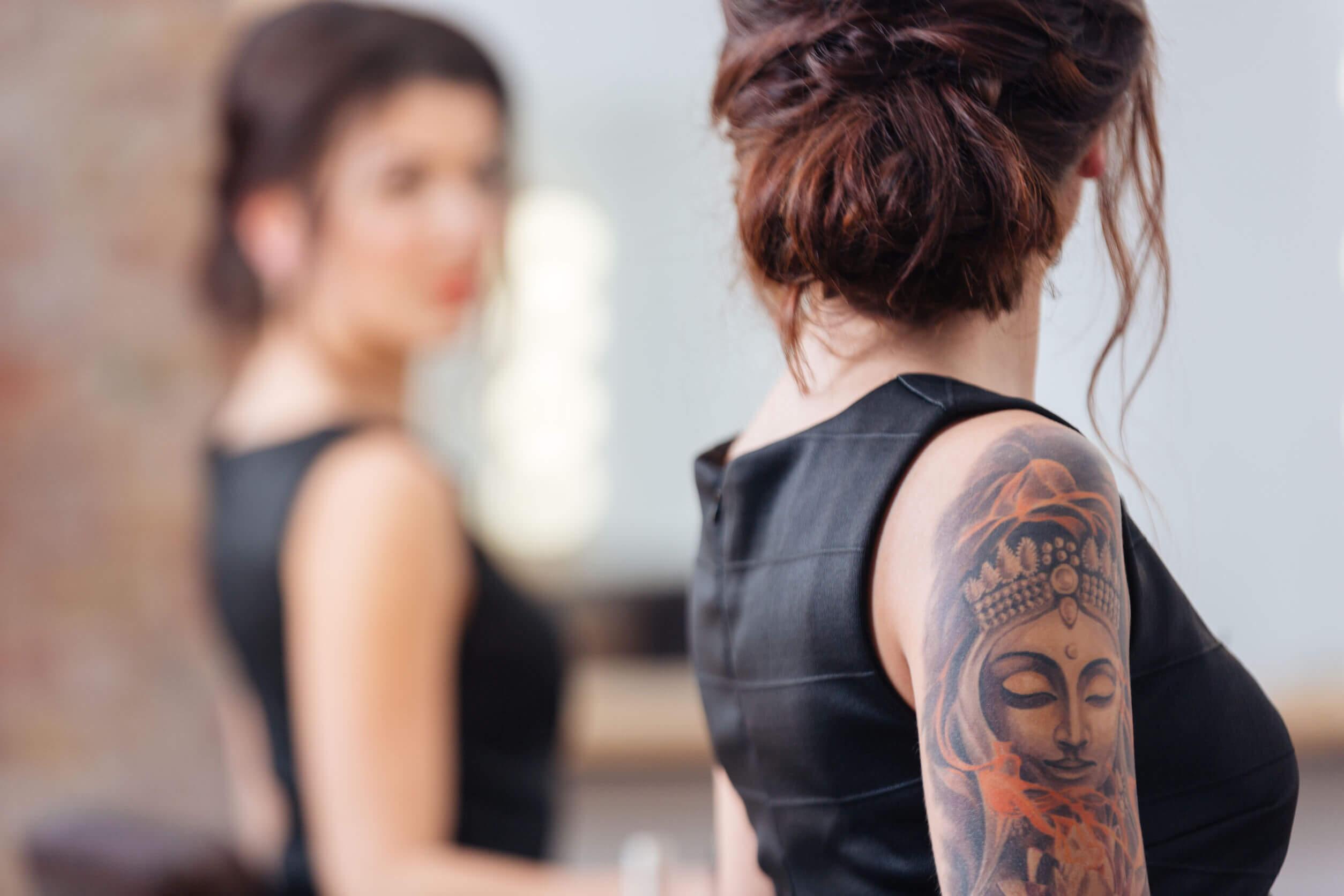 Mujer se mira al espejo.