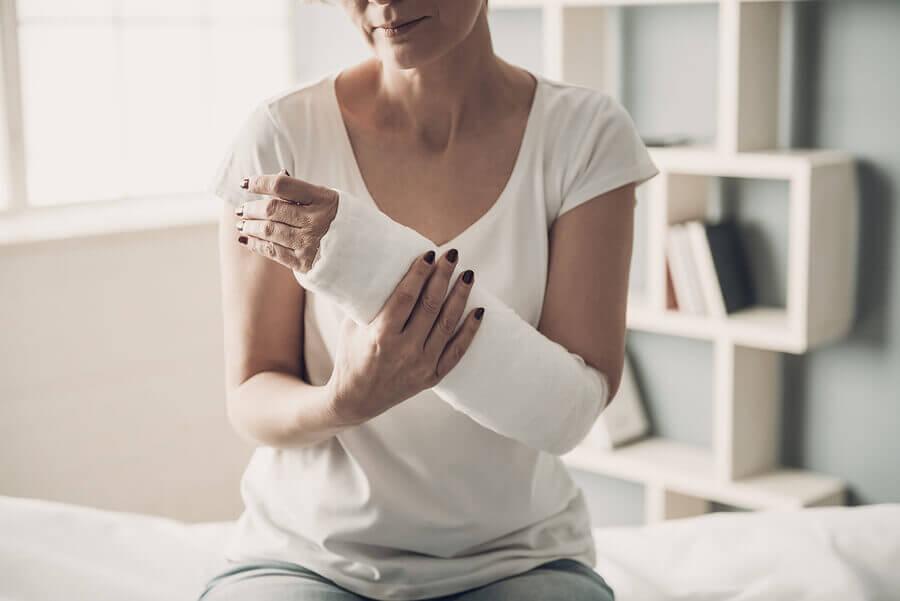 Mujer usando un yeso en el brazo