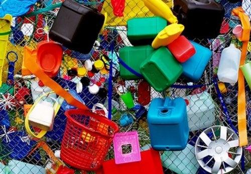 Varios objetos de plástico