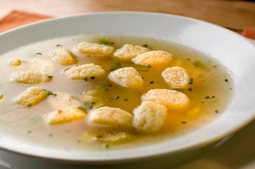 Sopa de pollo con dumplings