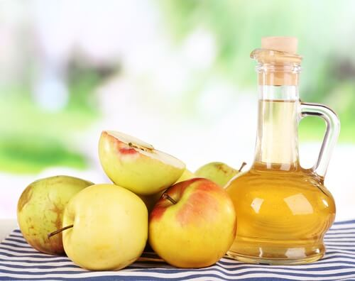 El ácido que contiene el vinagre de manzana es un compuesto activo que ayuda a erradicar hongos.