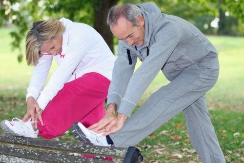 Personas haciendo ejercicio para mantener los huesos sanos