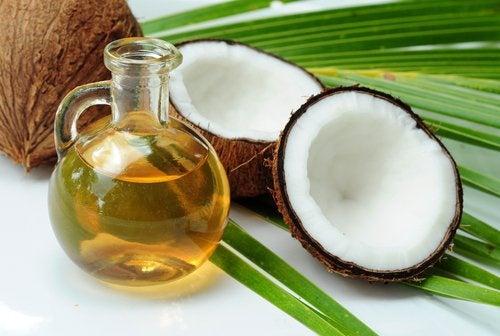 Aceite de coco y un coco partido