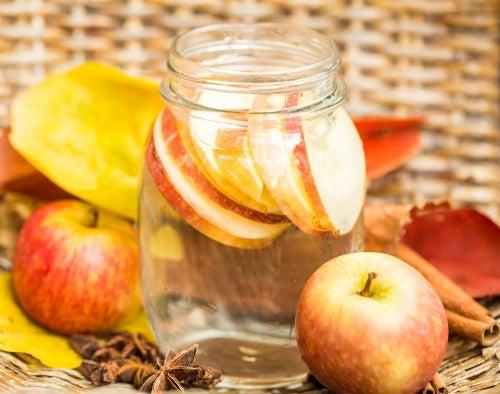 Agua detox de canela y manzana