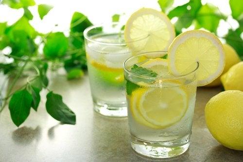 Beber agua tibia con limón