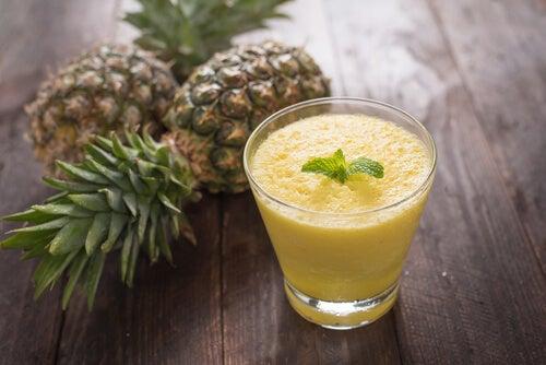 Piña y manzana para aliviar el dolor de garganta