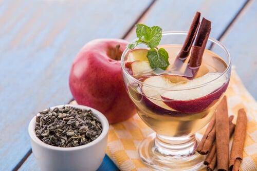 Cómo preparar agua detox de manzana y canela