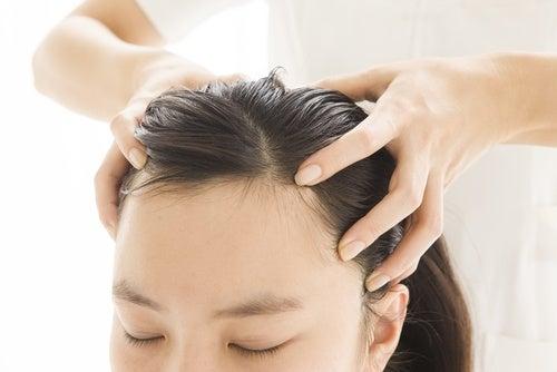 Aplicación del gel de lino para el cabello