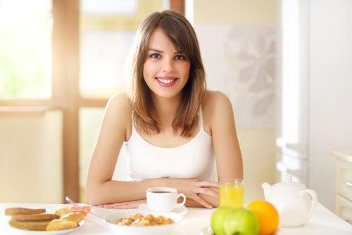 Para sentirte mejor y empezar bien el día, come un desayuno saludable