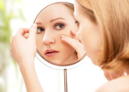 Mujer viéndose en un espejo