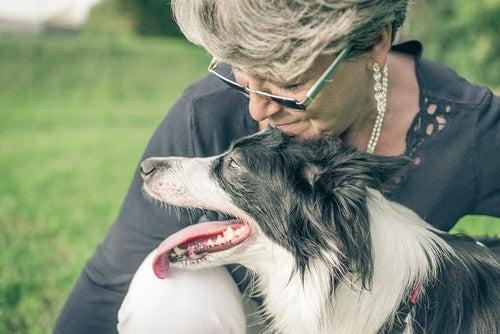 mujer con su perro simbolizando cómo encontrar la felicidad cuando todo parece estar en tu contra