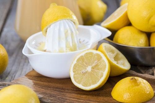 El zumo de limón es aconsejable para algunos problemas en la piel.