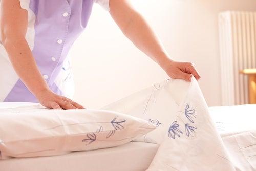 Limpiar con frecuencia la cama
