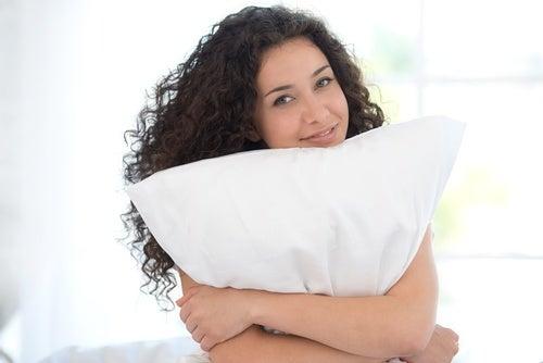 ¿Con qué regularidad lavas tus almohadas? Descubre varios trucos para hacerlo